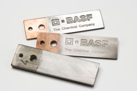 Figure 1: Test pieces of steel and copper. These pieces have been coated with aluminum via a new BASF technology that makes use of ionic liquids. The upper test piece has been polished.