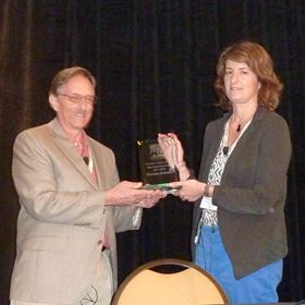 Dr Lou Mansur handing out the plaque to Dr Christine Guéneau before her lecture.