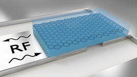 The layer of graphene (black honeycomb structure) encapsulated in boron nitride (blue) is placed on a superconductor (gray) and coupled with a microwave resonator. By comparing microwave signals (RF), the resistance and quantum capacitance of the encapsulated graphene can be determined. Image: University of Basel, Department of Physics/Swiss Nanoscience Institute.