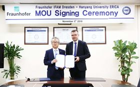 Dr Thomas Weißgärber, Fraunhofer IFAM Dresden, right and Dr Nae-won Yang (executive vice president, Hanyang University) present the joint MoU. (Photo courtesy Hanyang University.)