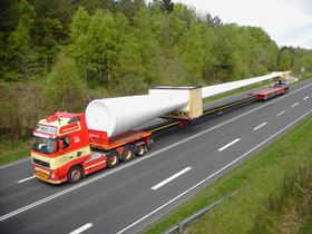 The Godlhofer trailer can transport wind turbine blades up to 62 m in length.