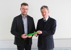 Dr Thomas Weißgärber (left) takes over the baton for the management of Fraunhofer IFAM Dresden from his predecessor Professor Bernd Kieback.