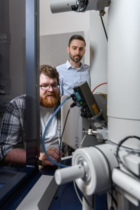 Matthew Boebinger and Matthew McDowell at Georgia Institute of Technology used an electron microscope to observe chemical reactions in a battery-simulated environment. Photo: Rob Felt, Georgia Tech.