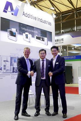 From left to right: Bart Leferink, director global channel sales, Additive Industries, Wang Jun, general manager, Sinsun-Tech Corporation Ltd and Mike Goh, general manager, Additive Industries Asia Pacific Pte Ltd.