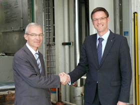 Christophe Aufrère, Vice President Technology Strategy of Faurecia (left), and Prof. Dr. Frank Henning, Deputy Director of the Fraunhofer ICT (right).