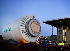 Compared to a standard wind turbine with gearboxes it was managed to reduce the number of parts in the SWT -3.0-101 DD by half. This picture shows the nacelle being loaded. Courtesy of Siemens.